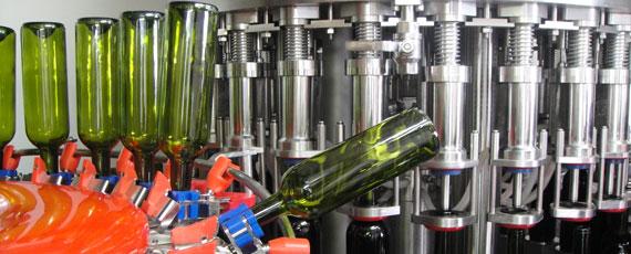 Líneas de envasado hasta 25.000 botellas/hora.
